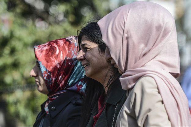Une femme devant l'hôpital d'Ankara après l'attentat de samedi.