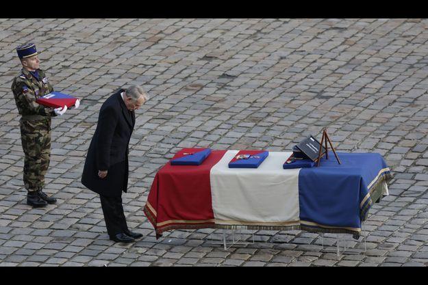 Jean-Marc Ayrault, devant le cercueil du chef de bataillon Boiteux, mardi.