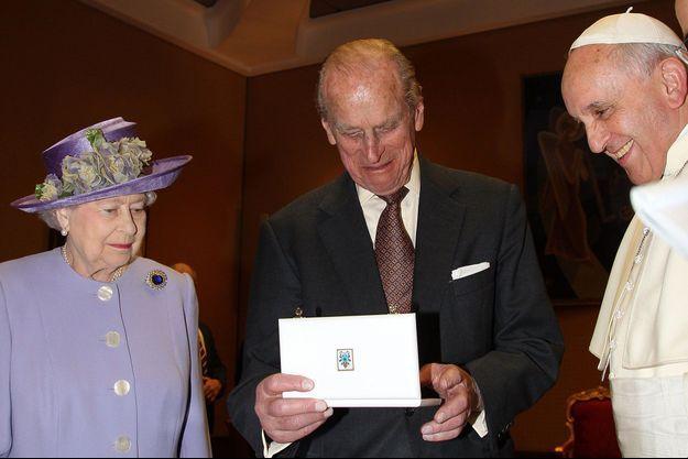 Vatican, avril 2014, la reine Elizabeth ll et le prince Philip échangent des présents avec le pape François.
