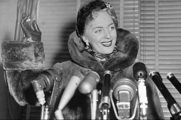 Christine Jorgensen photographiée à son retour aux Etats-Unis, en 1953.