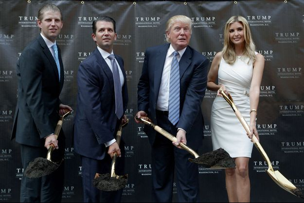 Des dollars à la pelle (en or). En 2014, Eric, Donald Jr et Ivanka, tous cadres dirigeants de la Trump Organization inaugurent les travaux d'un énième palace à Washington, le Trump International Hotel.