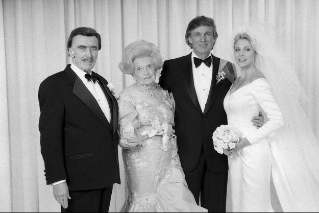 En 1993, Donald Trump, lors de son mariage avec Marla Maples. A ses côtés, son père, Fred Trump et sa mère, Mary Anne.