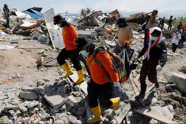 Plus de 1000 personnes sont encore présumées disparues vendredi en Indonésie.