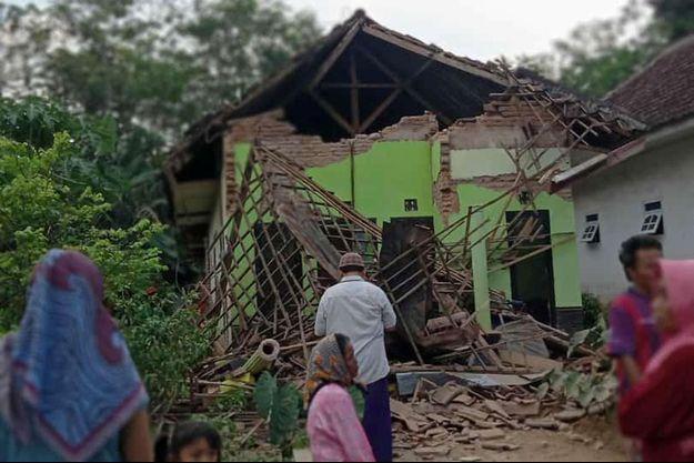 Les premières images en provenance de la ville de Malang laissent craindre un lourd bilan humain.