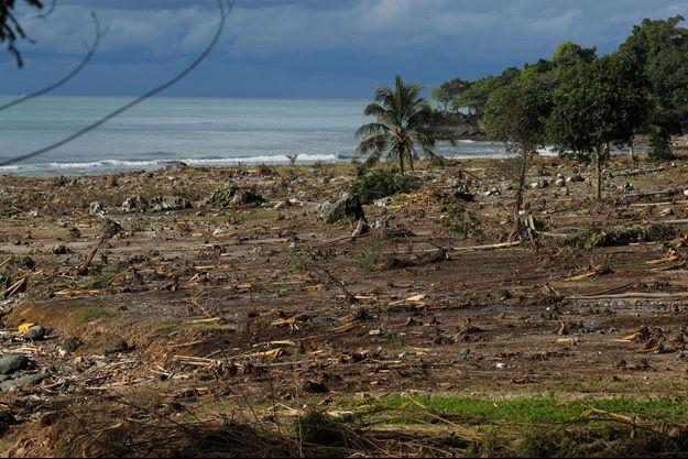 Sur une plage détruite par le tsunami en Indonésie.