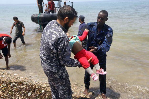Le drame est survenu à six kilomètres des côtes libyennes. Une centaine de personnes sont portées disparues. Seuls les corps de trois bébés ont pu être repêchés.