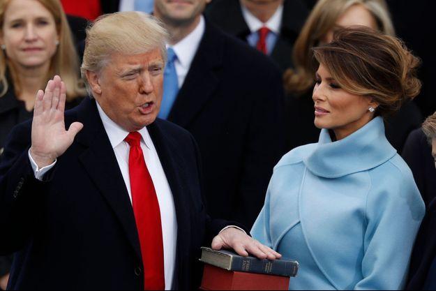 Donald Trump prête serment sur la Bible devant sa femme, Melania Trump.