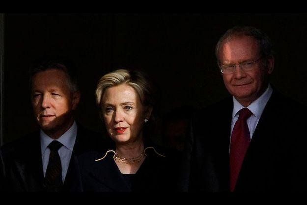De g. à dr. : Le Premier ministre protestant Peter Robinson, la secrétaire d'Etat américaine Hillary Clinton et le vice-premier ministre, le catholique Martin McGuinness.