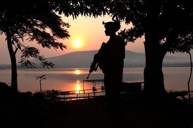 Le soleil se couche sur Bangui, un soldat français garde sa position.