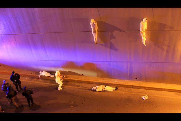 Le 8 mars 2013, deux corps enveloppés d'un drap blanc sont retrouvés pendus à un mur de béton qui longe une voie rapide à Saltillo, au nord du Mexique.
