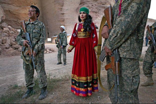 Aryana Sayeed en 2013, escortée de soldats armés de kalachnikov.
