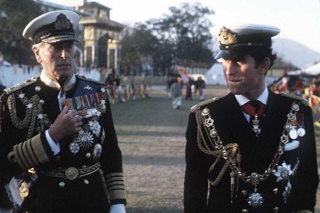 Louis Mountbatten, en grand uniforme de Premier Lord de la Mer, avec le Prince Charles à Katmandou pour les cérémonies du couronnement du roi Birendra du Népal en 1975.