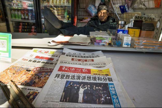 """La Une du quotidien chinois """"Global Times"""" dans un kiosque de Pékin, lundi."""