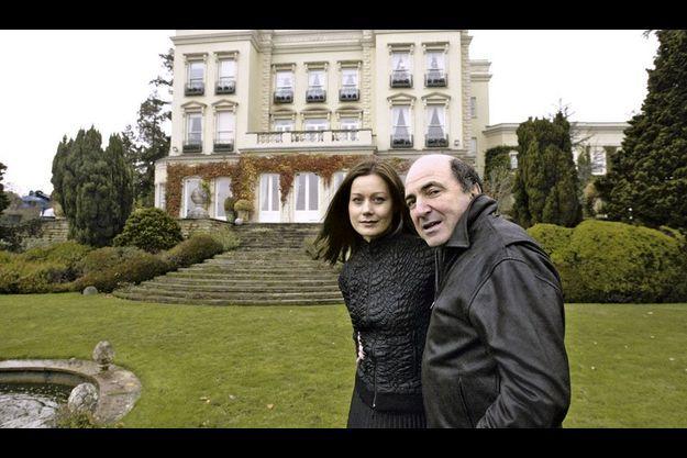 En 2003, Boris Berezovsky et sa compagne, Elena, la mère de ses deux derniers enfants, dans le parc de leur cottage du Surrey. Le couple s'est séparé il y a deux mois.
