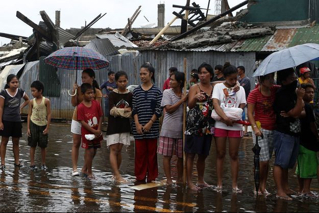 A Tacloban, ces riverains font la queue pour avoir des vivres.