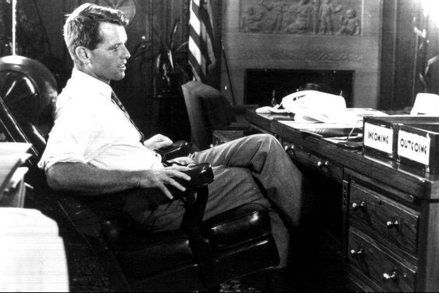 Bobby Kennedy en 1968 dans son bureau au département de la Justice.