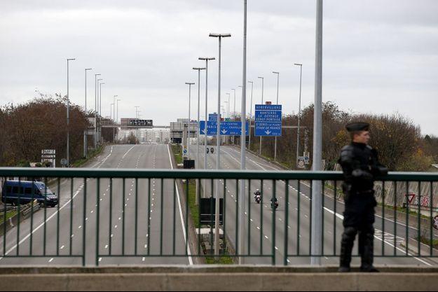 Au niveau du parc des expositions du Bourget, lundi, l'autoroute A1 est fermée, les sorties bloquées par des cars de gendarmes.