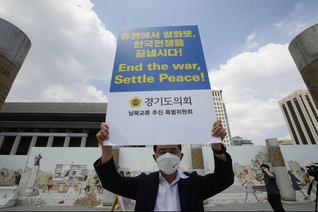 Un homme appelle à la paix entre les deux Corées à Séoul, devant l'ambassade américaine, le 27 juillet 2021.
