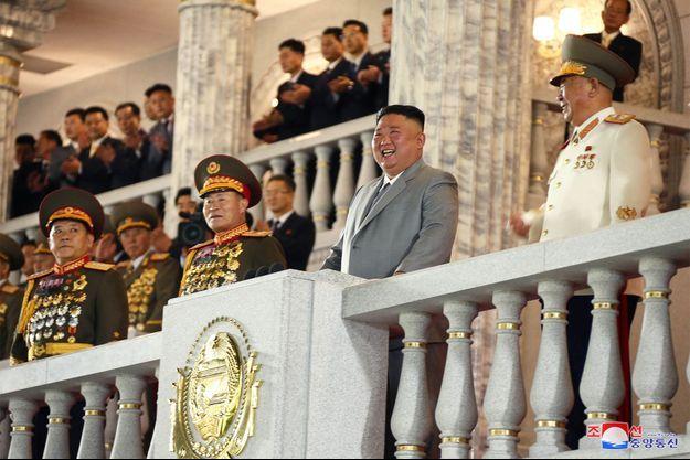 Kim Jong Un lors du défilé militaire, samedi.