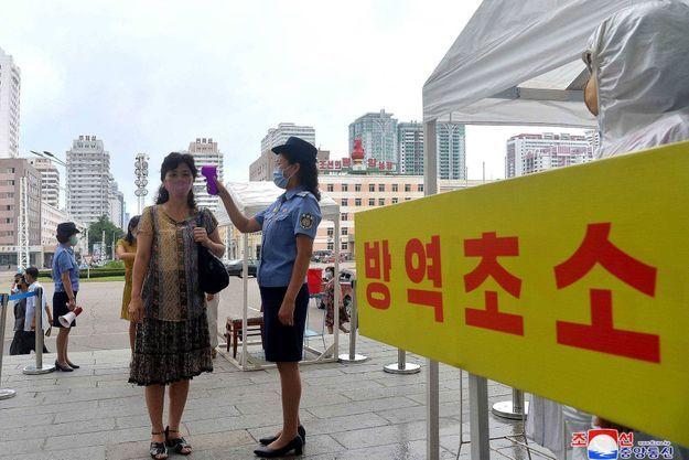 Prise de température à Pyongyang, en août 2020.