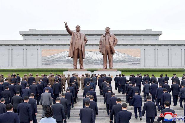 Des délégués de l'Assemblée populaire suprême de Corée du Nord visitent les statues du fondateur de la Corée du Nord Kim Il Sung et du défunt leader Kim Jong Il à Pyongyang, sur cette photo non datée publiée le 28 septembre 2021 par l'agence de presse centrale coréenne (KCNA).