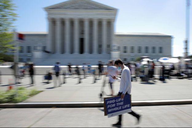 Des militants anti-avortement se sont réunis devant la Cour suprême, à Washington, le 29 juin 2020.