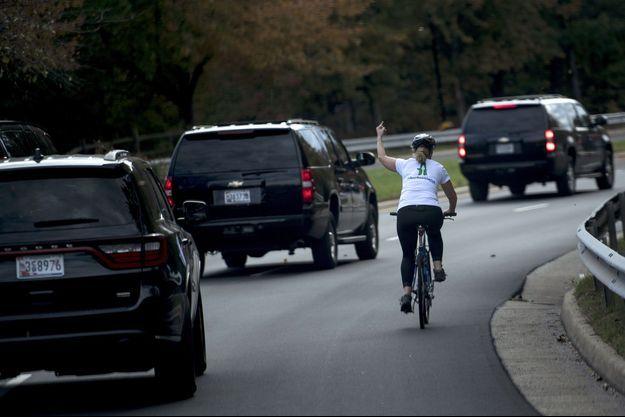 Juli Briskman a été photographiée il y a 2 ans faisant un doigt d'honneur à Donald Trump.