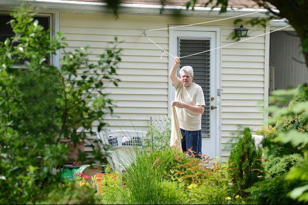 Alexander Adolf Stuart Houston, 65 ans, devant sa maison de Long Island. Dans « Le serment des Hitler » (Sunset Presse), lundi 15 septembre à 20 h 45 sur Planète +, on découvrira comment le sang des Hitler devrait se tarir.