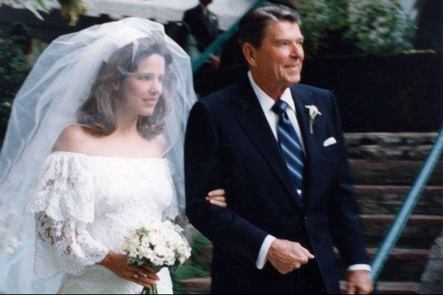 Patti Davis au bras de son père Ronald Reagan, lors de son mariage en 1984.