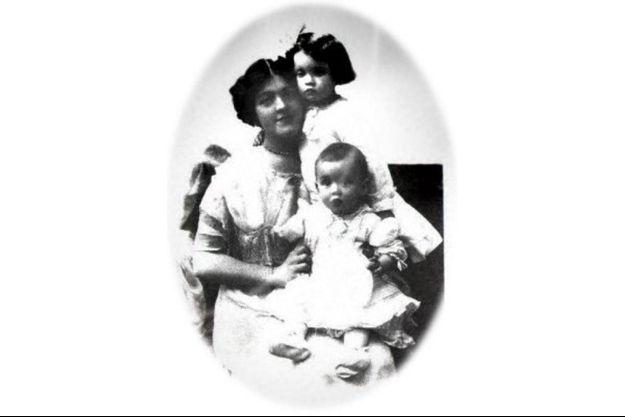 Une photo de Bess Allison avec ses deux enfants Loraine et Trevor.