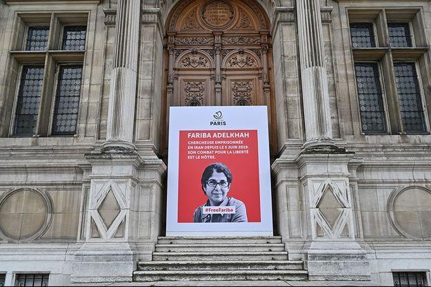 Le portrait de Fariba Adelkhah est affiché devant la porte de la mairie de Paris.