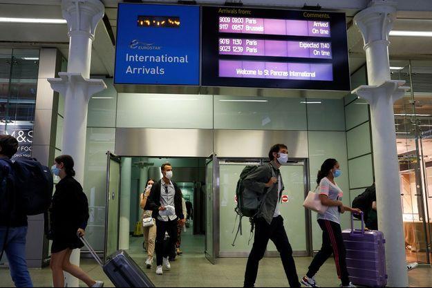 Des voyageurs en gare de Saint-Pancras, à Londres.