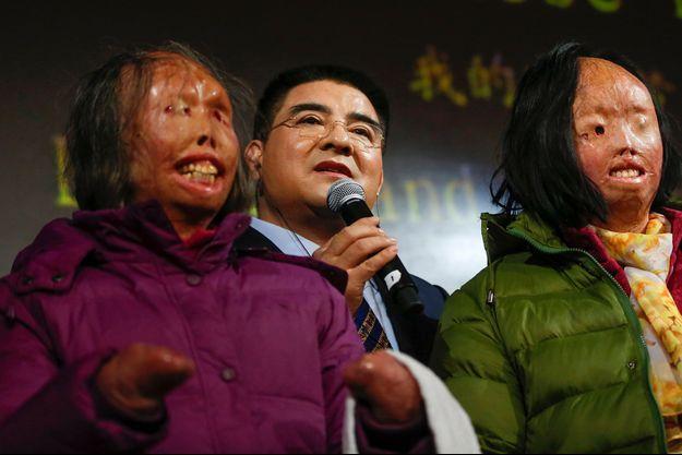 Chen Guangbiao à New York, entouré de Hao Huijun (à gauche) et de Chen Guo (à droite).
