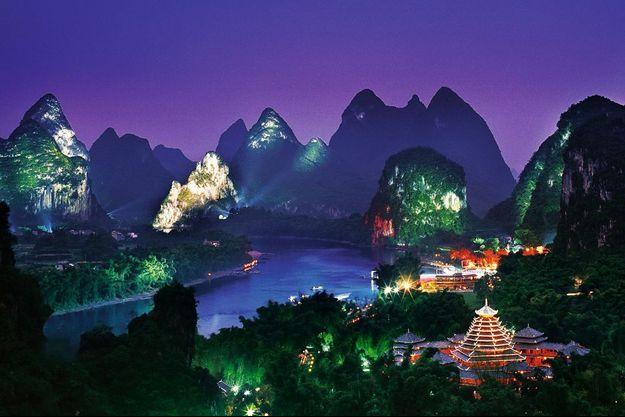 Fondée il y a deux mille ans, Guilin, ville du Guangxi, est l'une des destinations touristiques les plus prisées du pays. Les somptueuses « dents de dragon » ont été illuminées et mises en scène par le réalisateur Zhang Yimou (« Epouses et concubines », « La Cité interdite », la cérémonie d'ouverture des JO de Pékin). Prix du billet d'entrée : 40 euros.