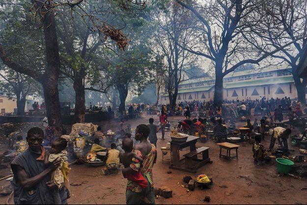 Bossangoa, environ 50 000 habitants, est la capitale de l'une des 14 préfectures de la RCA. Les chrétiens se réfugient autour de la cathédrale Saint-Antoine-de-Padoue pour échapper aux milices musulmanes.