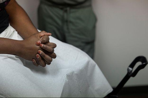 Un médecin discute des résultats d'une échographie avec une patiente dans une clinique d'avortement au Texas.