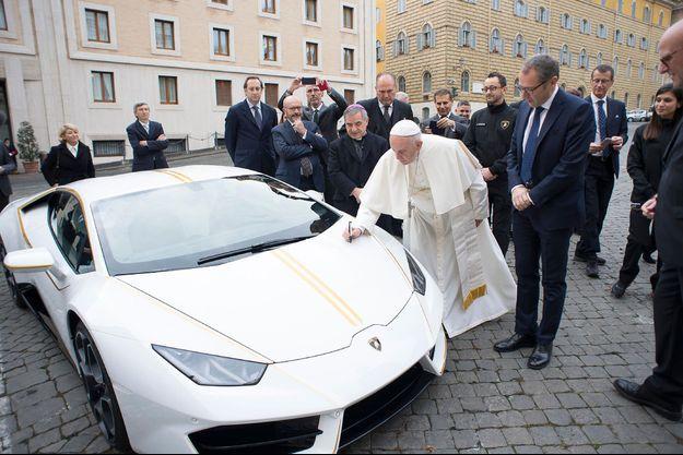 Le pape lors de la réception de la Lamborghini en décembre dernier.