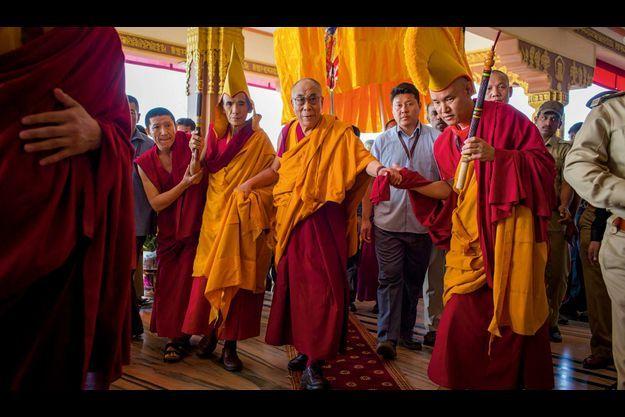 De bon matin, encadré par des moines et un garde du corps, le dalaï-lama arrive dans l'un des deux monastères où il dispense ses leçons de bouddhisme. A ses côtés (à g.), le Ganden Tripa, le chef de l'école des Bonnets jaunes fondée au XIVe siècle.