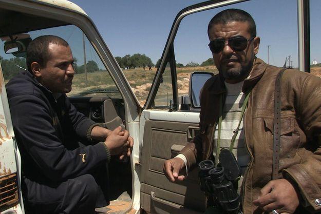 Abdallah Naker (à dte) pendant la révolution liyenne au printemps 2011 dans la région de Zintan