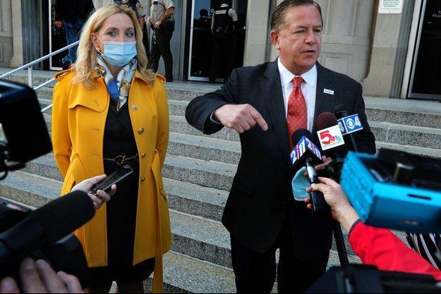 Patricia et Mark McCloskey devant le tribunal de St Louis, le 6 octobre 2020.