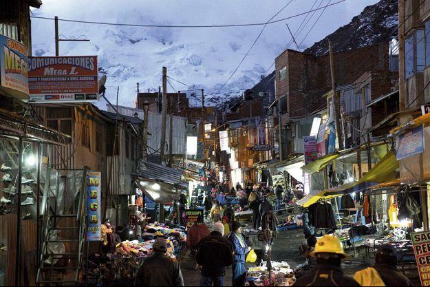 Dans l'artère commerçante de la ville. Sans chauffage ni eau chaude, les baraques en tôle s'alignent les unes contre les autres. L'électricité est installée depuis 2002, mais uniquement pour l'éclairage.