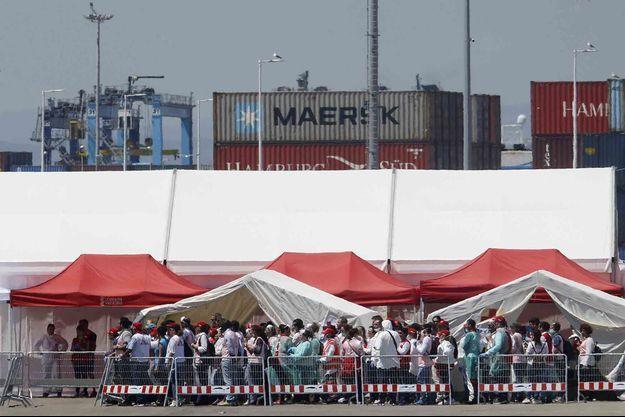 A peine débarqués en Espagne, les migrants de l'Aquarius ont passé une visite médicale.