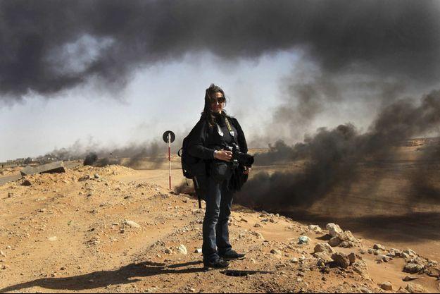 Lynsey Addario sur la ligne de front de Ras Lanouf le 11 mars 2011, en Libye, où elle effectue un reportage sur la révolution pour le « New York Times ».