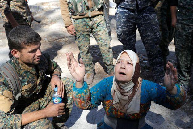 Une civile prie après la libération de Raqa.