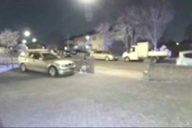 La police a diffusé des images de vidéo-surveillance montrant un véhicule suspect dans l'enquête sur le vol d'armes issues de la saga James Bond.