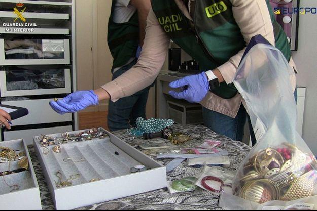 La Garde civile espagnole vérifie des bijoux.