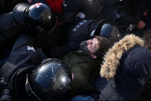 Un manifestant pro-Navalny arrêté par la police russe.