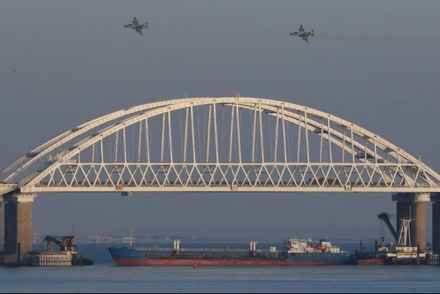Deux avions passent au-dessus du détroit de Kertch.
