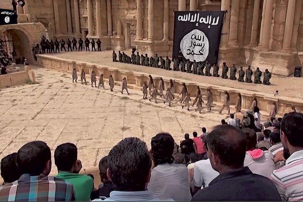 Devant un drapeau de DAECH, les condamnés à genoux. A leur droite, les hommes en noir bloquent les sorties. La date reste inconnue.