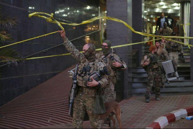 Pendant la prise d'otages à Bamako.